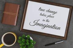 Quadro de madeira, diário e caneca de café amarela em escuro - fundo cinzento Citações inspiradas imagem de stock royalty free