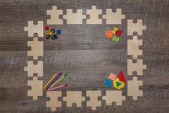 Quadro de madeira do enigma que incentiva cedo a aprendizagem fotos de stock