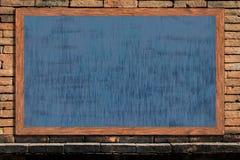 Quadro de madeira do quadro com superfície do preto no fundo velho da parede de tijolo do vintage Fotos de Stock Royalty Free