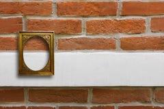 Quadro de madeira dourado para imagens na parede de tijolo velha Fotos de Stock