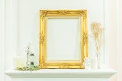 Quadro de madeira dourado vazio luxuoso do vintage e coisa decorativa Foto de Stock
