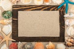 Quadro de madeira feito da madeira entre os shell e as estrelas, um lugar para sua faculdade criadora Imagens de Stock Royalty Free