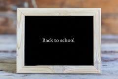 Quadro de madeira, inscrição, fundo preto, de volta à escola, sch imagem de stock royalty free