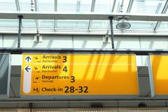 Quadro de mensagens com informação no aeroporto de Schiphol, Holanda Fotografia de Stock Royalty Free