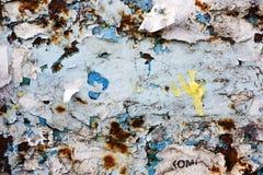 Quadro de mensagens velho, rasgado, quadro de avisos público vazio da rua Fotografia de Stock