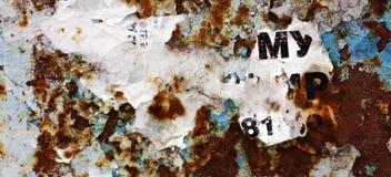 Quadro de mensagens velho, rasgado, quadro de avisos público vazio da rua Imagens de Stock