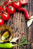 Quadro de Olive Oil, dos alecrins, dos tomates e dos grãos de pimenta Imagem de Stock