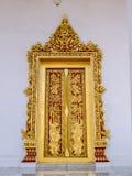 Quadro de porta pintado dourado do templo em Tailândia Foto de Stock