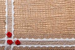Quadro de rosas de seda vermelhas no pano Fotografia de Stock