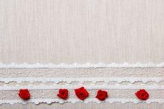 Quadro de rosas de seda vermelhas no pano Fotos de Stock Royalty Free
