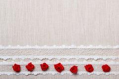 Quadro de rosas de seda vermelhas no pano Foto de Stock Royalty Free