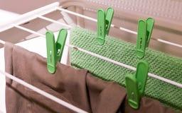 Quadro de secagem do metal branco com roupa da lavanderia Imagens de Stock Royalty Free