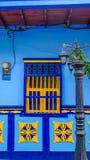 Quadro de uma janela de uma casa típica em Guatapé, Colômbia Fotos de Stock Royalty Free