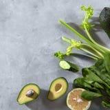 Quadro de vegetais verdes, abacate do alimento, pepino, espinafre, cal, aipo em um fundo concreto cinzento Configuração lisa Imagem de Stock