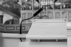 Quadro di comando vuoto nella chiesa con l'organo ai precedenti, in bianco e nero fotografie stock