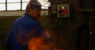 Quadro di controllo di gestione dell'esercizio maschio del lavoratore in officina 4k stock footage