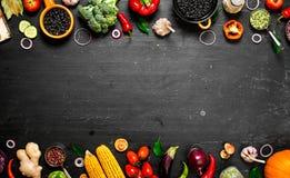 Quadro do alimento biológico Vegetais crus frescos com feijões pretos foto de stock royalty free