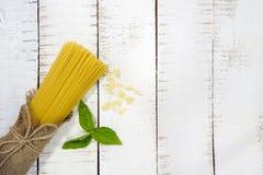 Quadro do alimento Ingredientes da massa Cereja-tomates, massa dos espaguetes, Imagem de Stock Royalty Free