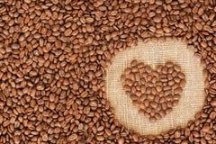 Quadro do café do coração feito de feijões de café Fotografia de Stock Royalty Free