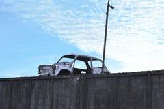 Quadro do carro branco danificado velho fotos de stock