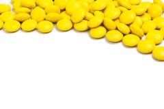 Quadro do direito superior de doces de chocolate amarelos no fundo branco Foto de Stock
