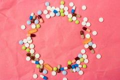 Quadro do espaço vazio para o texto com comprimidos da cor, comprimidos e cápsulas fotografia de stock royalty free