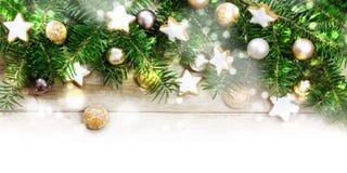 Quadro do fundo do feriado, ramos de árvore do abeto, vagabundos dourados do Natal Imagens de Stock