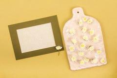Quadro do modelo com flores e placa decorativa com as flores amarelas pequenas no fundo do ocre para o dia de Valentim ou casamen imagens de stock royalty free