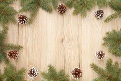 Quadro do Natal com os galhos da árvore de abeto e os cones do pinho Imagens de Stock