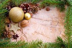 Quadro do Natal decorado com ramos dourados da quinquilharia e do abeto Fotografia de Stock Royalty Free