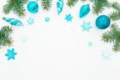 Quadro do Natal feito de árvores do inverno, da decoração azul e do floco de neve no fundo branco Quadro do feriado Configuração  Fotos de Stock