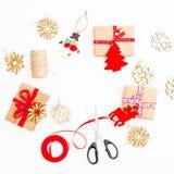 Quadro do Natal feito dos presentes, da guita, dos brinquedos e das tesouras no fundo branco Configuração lisa, vista superior, e Fotografia de Stock