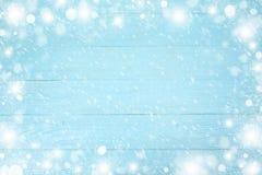 Quadro do Natal do floco de neve com espaço da cópia, no fundo de madeira azul Vista superior imagens de stock