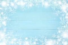 Quadro do Natal do floco de neve com espaço da cópia, no fundo de madeira da placa azul Vista superior imagem de stock
