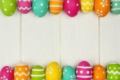 Quadro do ovo da páscoa contra a madeira branca Fotos de Stock Royalty Free