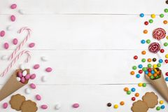 Quadro doces, marshmallows, cookies e os pirulitos listrados cobrem imagens de stock royalty free