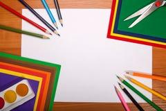 Quadro dos artigos de papelaria da escola no fundo de madeira Fotos de Stock
