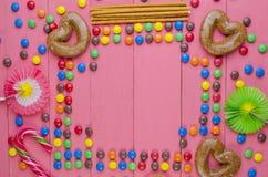 Quadro dos doces em um fundo cor-de-rosa imagem de stock