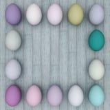 Quadro dos ovos da páscoa em um fundo de madeira claro Copie o espaço Foto de Stock Royalty Free