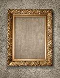 Quadro dourado antigo na parede rustical. Imagens de Stock