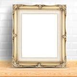 Quadro dourado da foto do vintage na parede e no woode brancos dos azulejos fotografia de stock royalty free