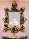 Quadro dourado decorativo do espelho Fotos de Stock