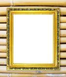 Quadro dourado vazio na parede de bambu colorida Imagem de Stock