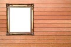 Quadro dourado vazio na parede de madeira Fotos de Stock