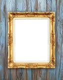 Quadro dourado vazio na parede de madeira Foto de Stock