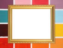 Quadro dourado vazio na parede de madeira colorida Foto de Stock Royalty Free