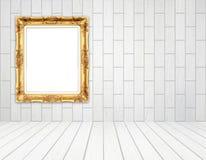 Quadro dourado vazio na sala com a parede de madeira branca (estilo do bloco) Foto de Stock