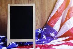 Quadro e bandeira dos EUA na cena de madeira da parede de Brown Foto de Stock Royalty Free