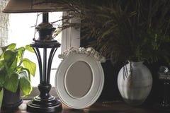 Quadro e flores da foto do vintage na tabela de madeira sobre do grunge do fundo o estilo de vida ainda Fotografia de Stock