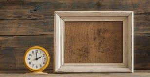 Quadro e pulso de disparo de madeira da foto na tabela de madeira Foto de Stock Royalty Free